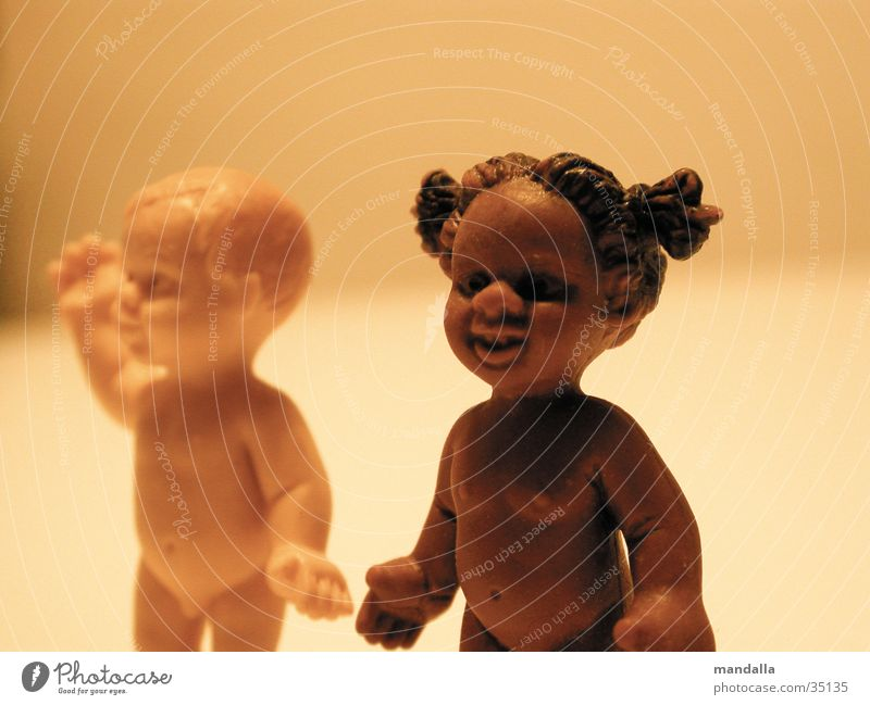black and white Mädchen weiß schwarz dunkel Junge nackt lachen Paar hell 2 Zusammensein obskur Puppe Gegenteil winken