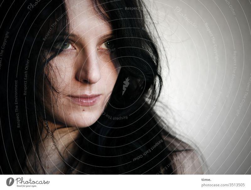 Annika Tänzerin Künstlerin schauspielerin Blick nach vorn Porträt Innenaufnahme Inspiration Leben Wachsamkeit selbstbewußt beobachten feminin warten neugierig