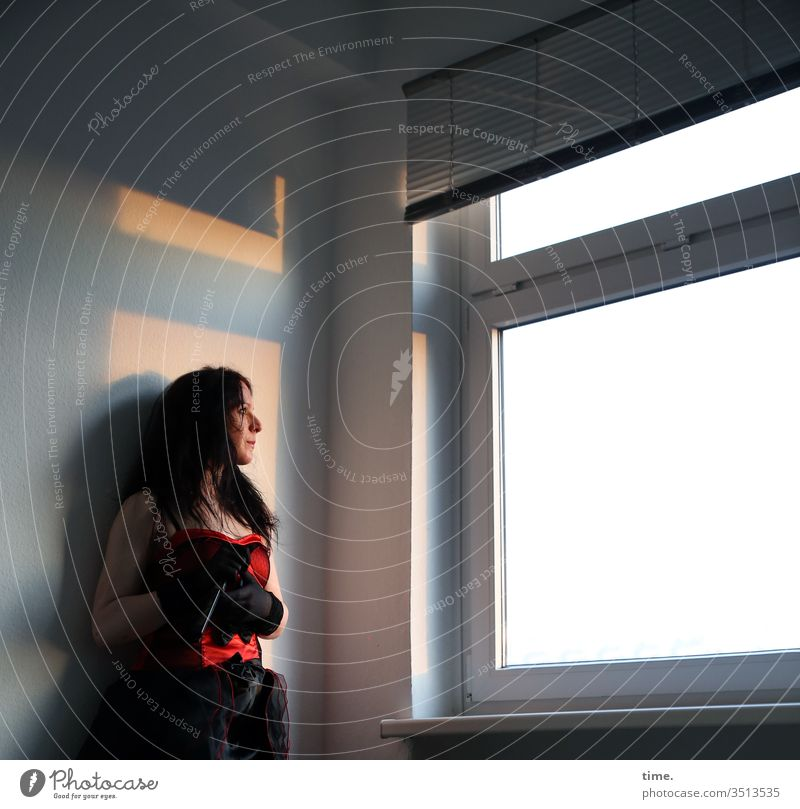 Annika Tänzerin Künstlerin schauspielerin Blick nach vorn Halbprofil Porträt Sonnenlicht Schatten Innenaufnahme Farbfoto Inspiration Leben Wachsamkeit
