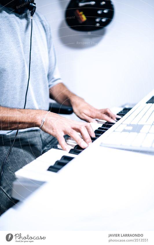 Klavier spielender Musiker Spielen Schreibtisch Midi Künstler Audio Gerät digital Komponist Entertainment Computer Kopfhörer Instrument Keyboard hören live