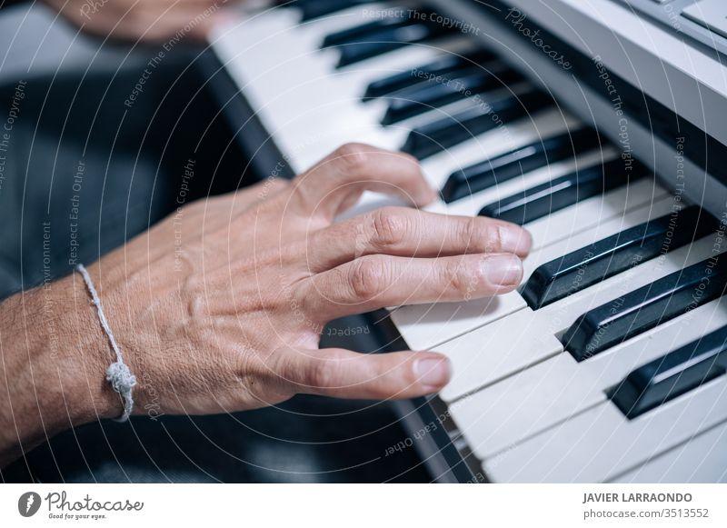 Hände, die in einem Musikstudio auf einem Midi-Keyboard spielen Musiker Atelier Künstler Audio digital Komponist Entertainment Gitarre Gitarrenspieler Hobby