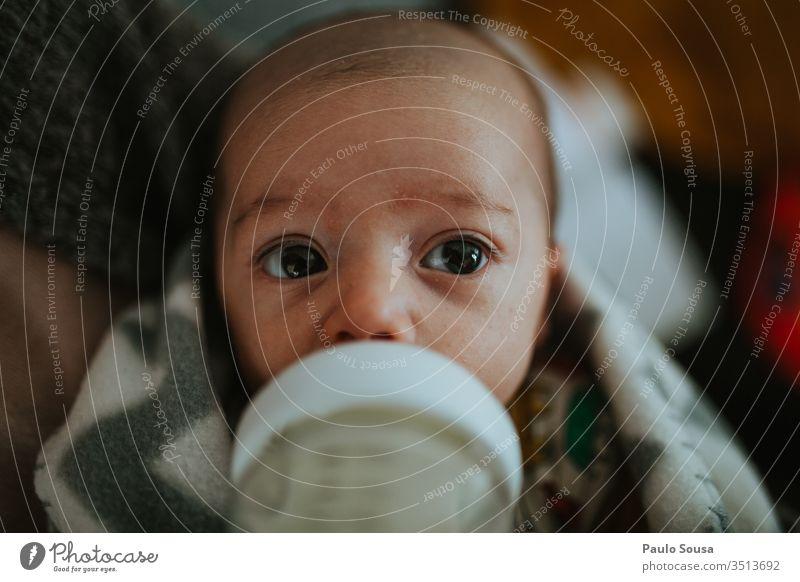 Flaschennahrung für Säuglinge Mutterschaft Baby Futter neugeboren Mensch Kaukasier schön niedlich Pflege Kind Leben Farbfoto Liebe Ernährung melken Babyflasche