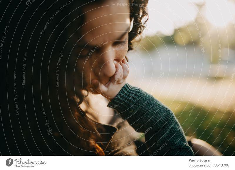 Mutter küsst Baby-Hand Kind Familie & Verwandtschaft Frau Liebe Kaukasier Mutterschaft Eltern Kindheit Pflege Glück Farbfoto Zusammensein