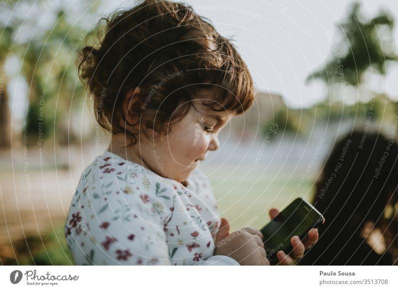 Kind und Smartphone Technik & Technologie Mobile Telefon jung Lifestyle Mitteilung Person benutzend Menschen Glück Beteiligung Porträt Drahtlos Blick modern