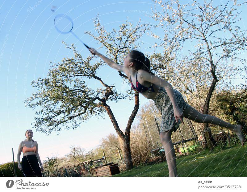 Federball im Garten Spielen Freizeit & Hobby Badminton Ballsport Fitness Farbfoto Außenaufnahme Sport Freude Sommer Tag weiß Licht Sport-Training Schläger Baum