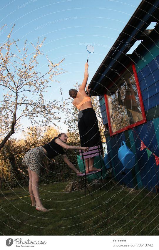 Wenn der Federball auf´s Dach geflogen ist ... Federballschläger Badminton Spielen Freizeit & Hobby Farbfoto Außenaufnahme Licht Garten Gartenhaus Baum