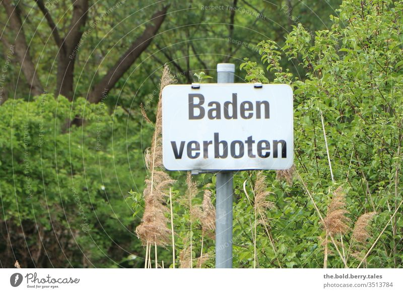 Schild Baden verboten Schilder & Markierungen Hinweisschild Warnschild Verbote Verbotsschild Zentralperspektive Schriftzeichen Außenaufnahme Menschenleer