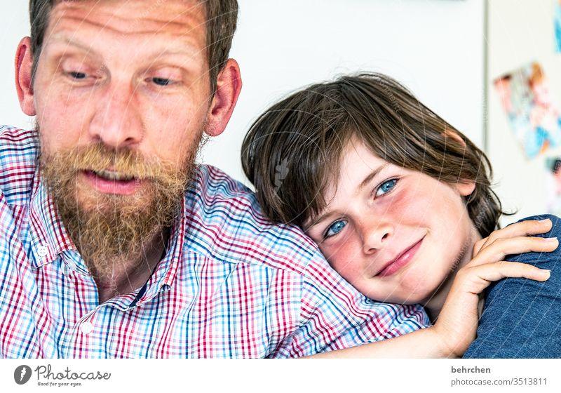 mein papa Verbundenheit Fröhlichkeit zufrieden glücklich Glück Lächeln Sonnenlicht zuhause bleiben Kind Junge Eltern Vater Familie & Verwandtschaft Kindheit