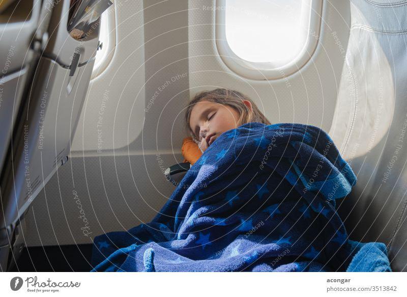 Mädchen schläft während des Fluges im Flugzeug Kind Air Fluggerät Fluggesellschaft Schlafenszeit Decke langweilig Kaukasier Stuhl Kindheit bequem Deckung
