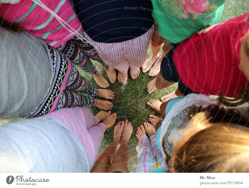 Wir stehen zusammen Füße Barfuß Fuß Sommer Gruppenzwang Kreis mehrere Jugendliche Freizeit & Hobby Clique Zusammenhalt zusammengehörig Vertrauen Beine Teamwork