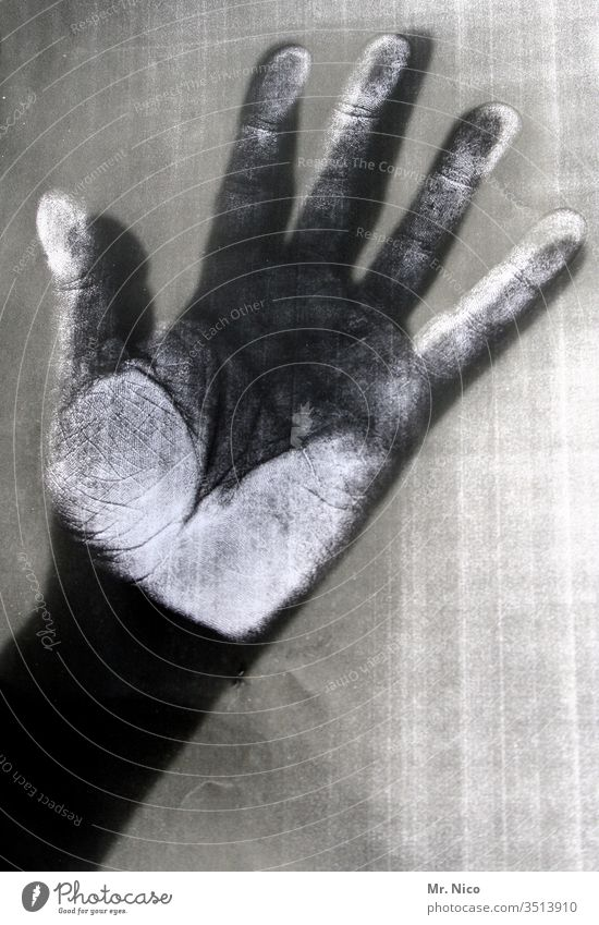 Kopier Hand Schwarzweißfoto Finger fünf Haut Schatten schwarz dunkel Kontrast kopierer-bilder Opfer Mord Kopierbereich Leiche Fingerabdruck fingerspitzen