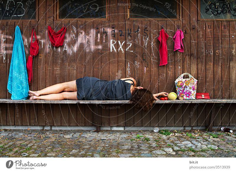Das bisschen Haushalt... Frau schlafen Schlafstörung Müde Mittagsschlaf Pause Erholung Müdigkeit 1 Mensch träumen Erwachsene ruhig feminin liegen Erschöpfung