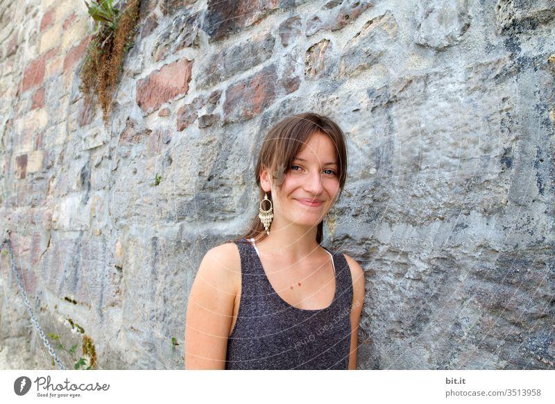 An der Stadtmauer... Teenager Jugendliche Lächeln Freude Glück Lifestyle schön Mauer Mädchen Mensch lachen Ferien & Urlaub & Reisen Wand Fassade Ohrring Sommer
