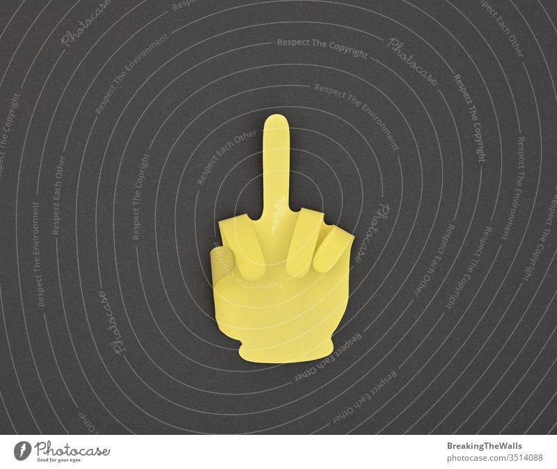 Papiergemachter Aufkleber mit groben Fingergesten auf grau eine Mitte gestikulieren unverschämt Beleidigung anstößig Hand Form gelb Nahaufnahme Hinweis schwarz