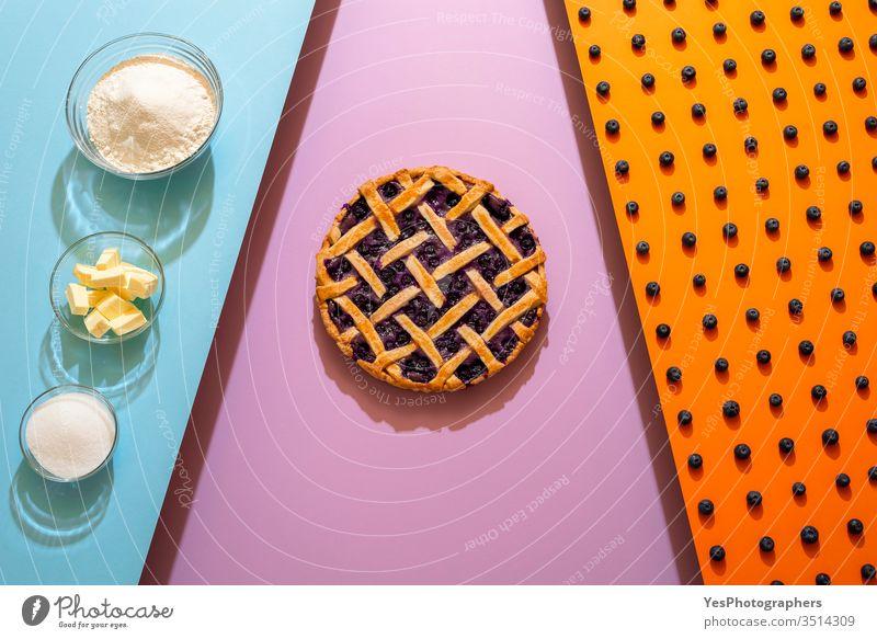 Blaubeerkuchen und Zutaten. Herstellung von Blaubeerkuchen mit Gitterkruste Amerikaner Bäckerei backen Beeren Heidelbeeren blau Blaubeeren Blaubeer-Torte Butter