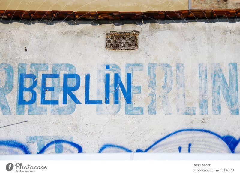 Liebe zum Detail mit Brandwand Detailaufnahme Vergänglichkeit Zahn der Zeit abstrakt Berlin Wort retro Schablonenschrift verwittert Wandel & Veränderung Stil