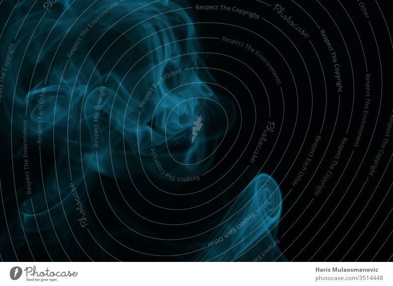 Abstrakte Überlagerung von grünem Rauch in Form eines Skeletts auf schwarzem Hintergrund abstrakt Air Kunst schwarzer Hintergrund blau Farbe Konzept Deckung