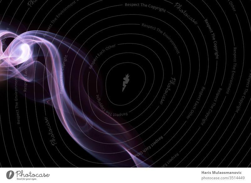 Abstrakte Überlagerung von rosa Rauch in Form eines Blitzes auf schwarzem Hintergrund abstrakt Air Kunst schwarzer Hintergrund blau Farbe Konzept Deckung Kurve