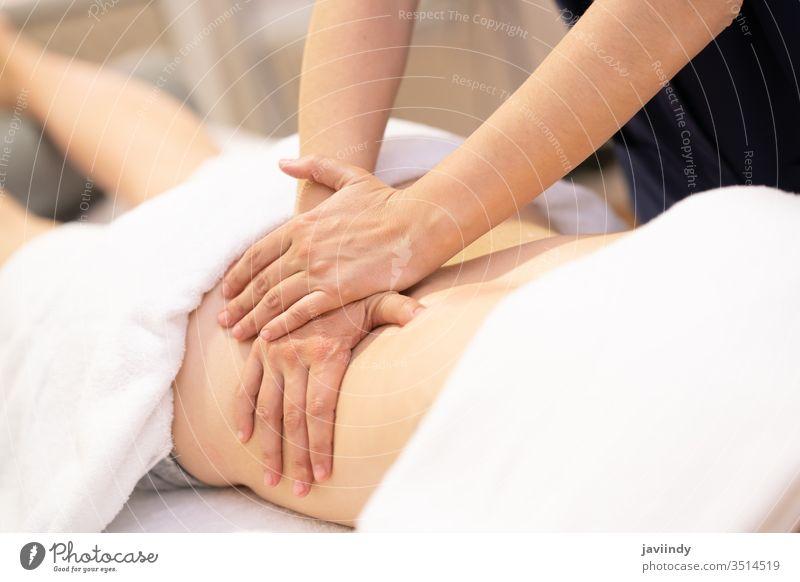 Junge Frau erhält eine Rückenmassage in einem Physiotherapiezentrum Massage Spa Körper Behandlung Therapie Salon Pflege jung Erholung Haut Gesundheit Wellness