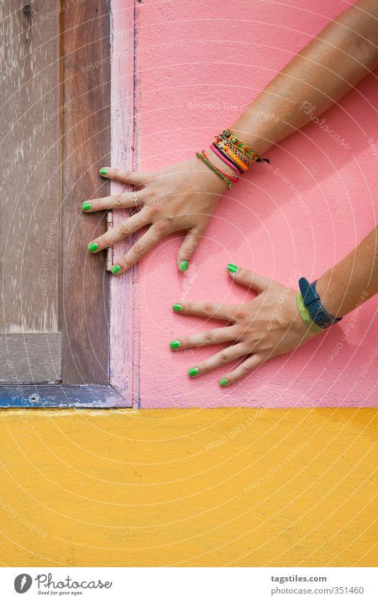 HAND DRAUF grün Hand Farbe gelb Wand Farbstoff braun rosa Arme Postkarte Thailand Körperteile Krabi Frauenhand