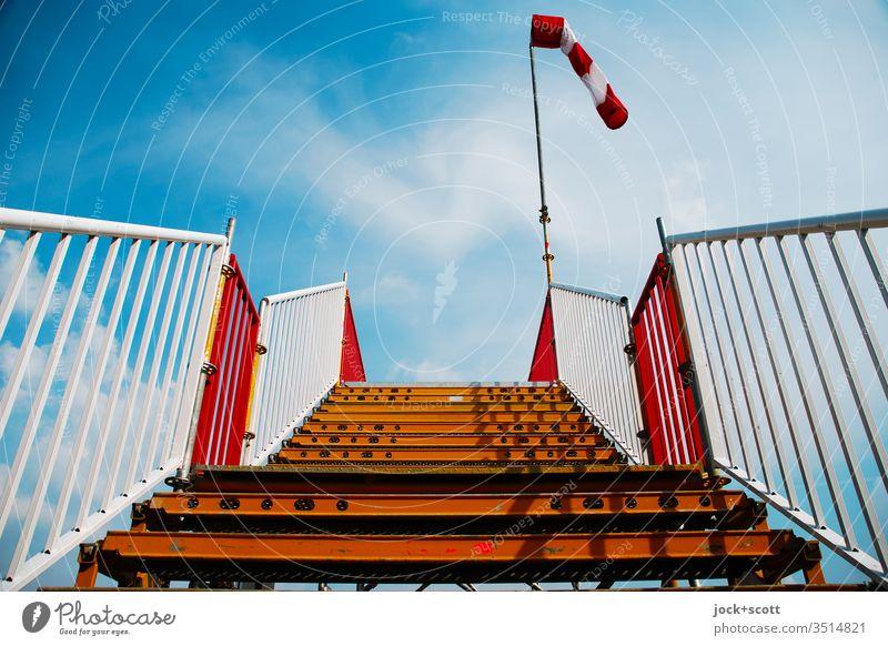 Treppe zum Himmel an einem windstillen Tag Geländer himmelwärts aufwärts Schatten Windsack Niveau Plattform Wolken Windstärke Windrichtung Windmesser Luft
