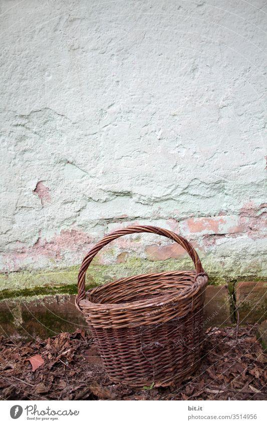 Alter Korb, vor alter Mauer Behälter u. Gefäße Garten Wand retro Nostalgie Herbst herbstlich Ernte leer braun