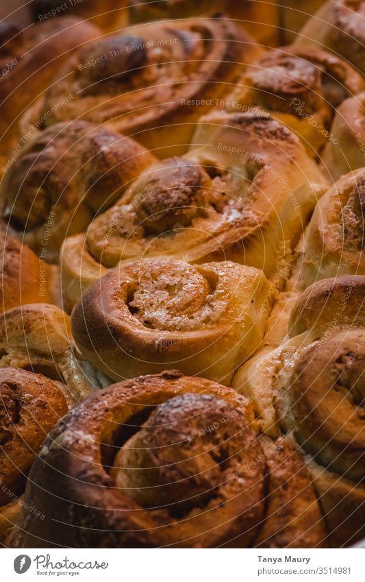 Zimtbrötchen in einer Schale gestapelt Zimtkuchen Zimtschnecke Essen Kinderspiel Kuchen Spielfigur Brot Foodfotografie natürliches Licht im Innenbereich lecker