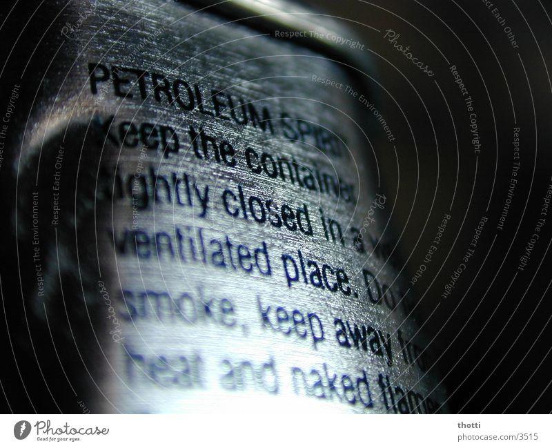 Petroleum Typographie Makroaufnahme Nahaufnahme silber Schriftzeichen Feuerzeugbenzin
