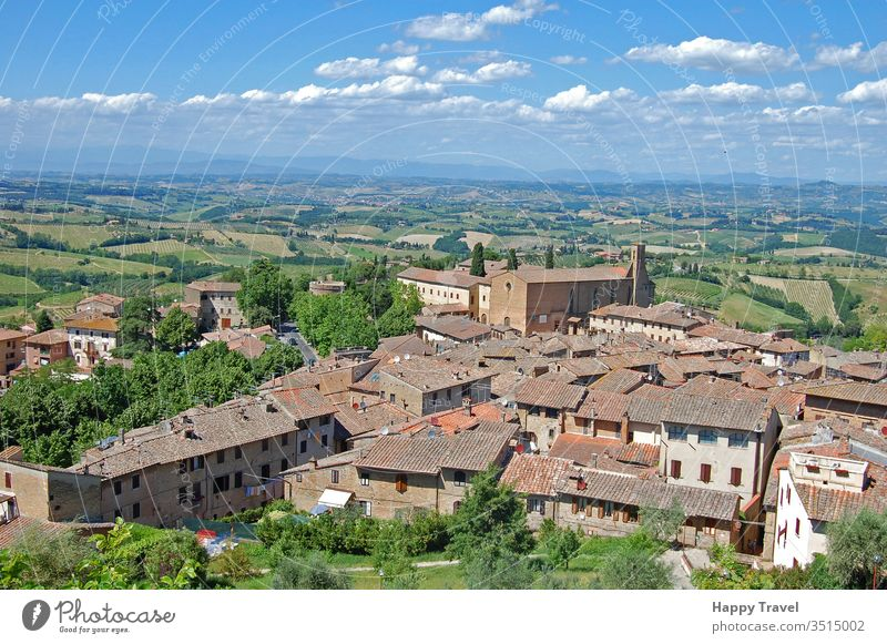 Luftaufnahme einer kleinen Stadt in der Toskana, Italien, an einem sonnigen Tag Architektur romantisch historisches Gebäude Wahrzeichen Tourismus reisen