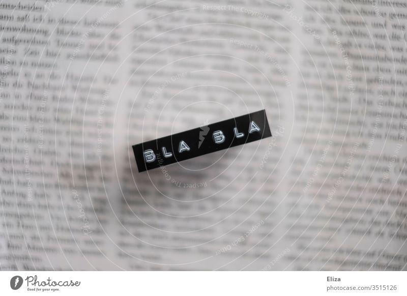 Eine Zeitung auf der die Worte Bla bla stehen; Fake News Blabla Unglaube Misstrauen geschrieben bla bla bla bla Text Presse Medien Printmedien Kritik