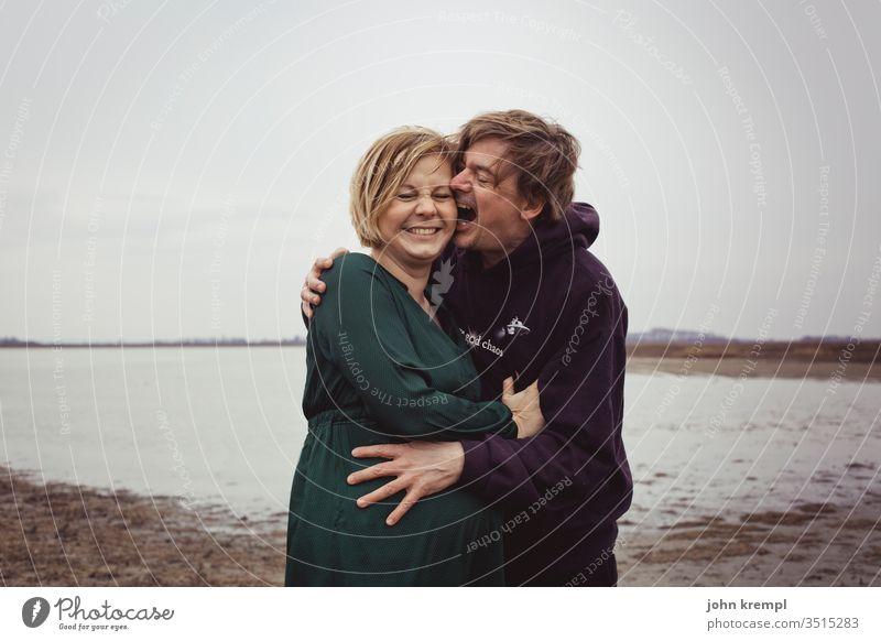 Heißhunger scherzen Schwangerschaft schwanger Babybauch albern beißen knabbern schmusen rumalbern Küssen aufessen Essen Mutter Liebe Familie & Verwandtschaft