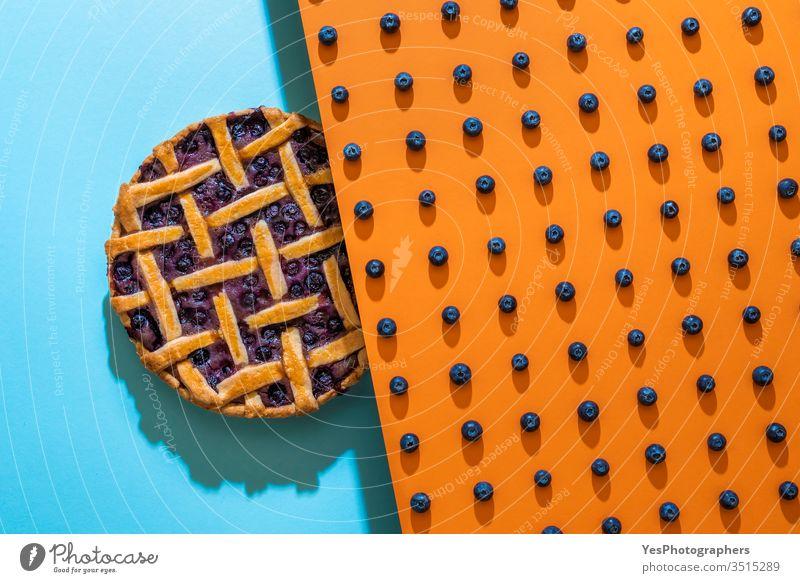 Blaubeerenmuster und Blaubeerkuchen mit Gitterkruste Amerikaner gebacken Bäckerei Beeren zweifarbig Heidelbeeren blau Blaubeer-Torte Kuchen Kanadier Weihnachten