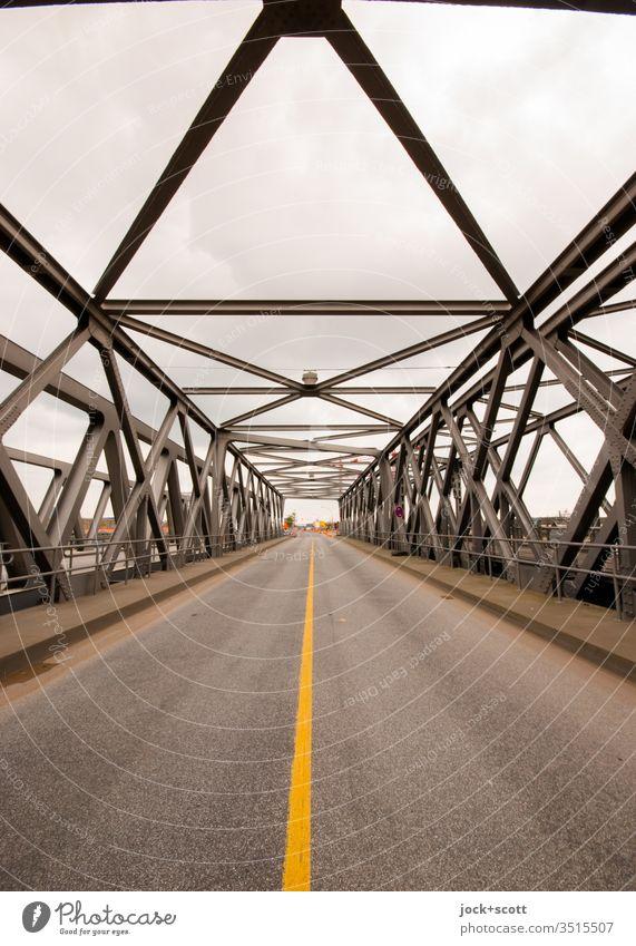Fachwerkbrücke mit untenliegender Fahrbahn Hamburg Baakenbrücke Brücke Straße Verkehrswege Streifen historisch Fahrbahnmarkierung Konstruktion Fluchtpunkt