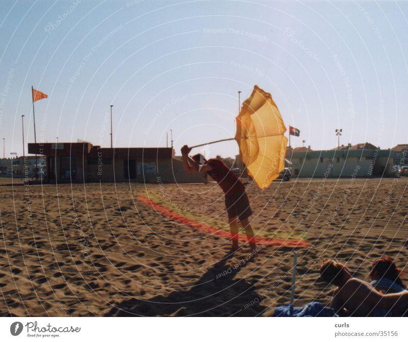 Lichtschwert Mensch Mann Sonne Sommer Strand Sand Sonnenschirm Regenbogen