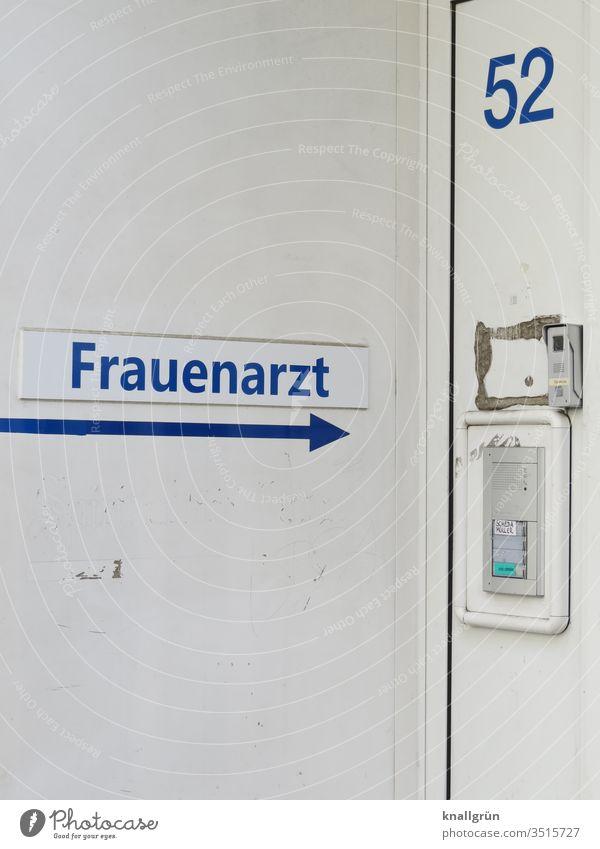 Hauseingang einer Frauenarztpraxis mit Klingel, Sprechanlage und Hausnummer Arzt Eingang Buchstaben Wort Typographie Schriftzeichen Text Pfeil Richtungspfeil