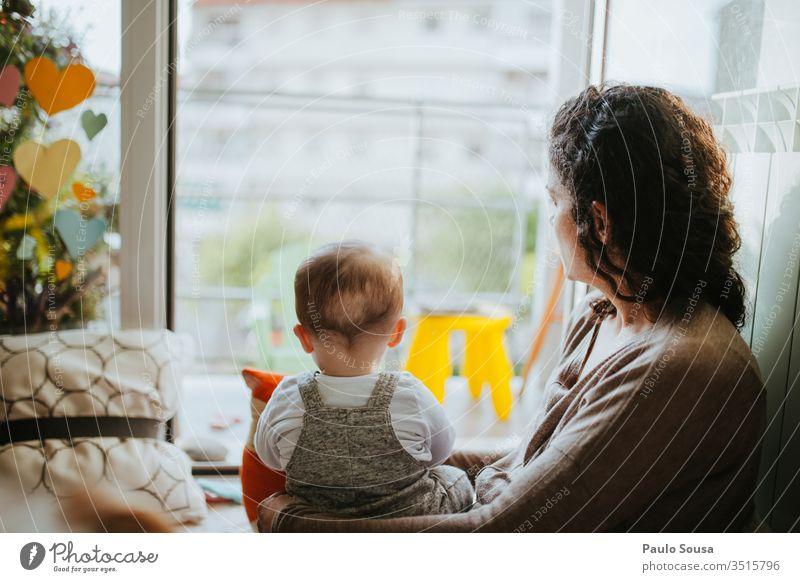 Mutter und Sohn schauen durchs Fenster Rückansicht Mutter mit Kind Mutterschaft Erwachsene Kindheit Familie & Verwandtschaft 25-29 Jahre alt 30-45 Jahre