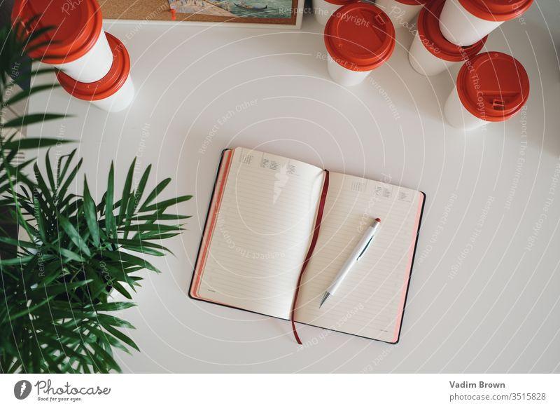 Kaffeetassen und Notizbuch Schreibstift Arbeit Notebook Tisch mit Notizbuch Arbeit & Erwerbstätigkeit Business Büro weiß blanko Bleistift schreiben Tagebuch
