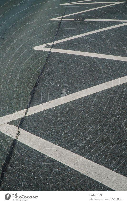 Keine Parklinien Markierung Asphalt kein Parken Linien Verbot Straße Weg verboten Boden Allee Detailaufnahme Zickzack diagonal Markierungen im Freien Zeichen