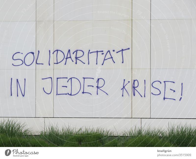 Solidarität in jeder Krise! Graffiti Gesellschaft (Soziologie) Kommunizieren Politik & Staat Buchstaben Wort Satz Typographie Großbuchstabe Fassade Wand