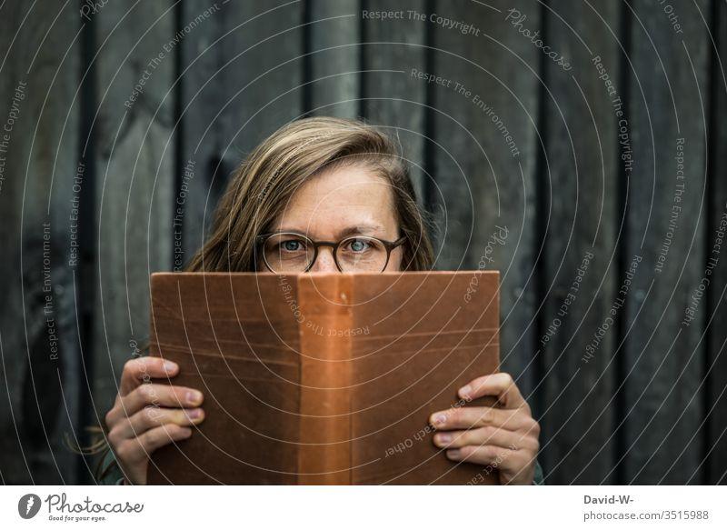 Mensch junge Frau mit Brille liest ein Buch lesen Nostalgie nostalgisch Spannung Roman Brillenträger Junge Frau studentin Bildung lernen Literatur Wissen