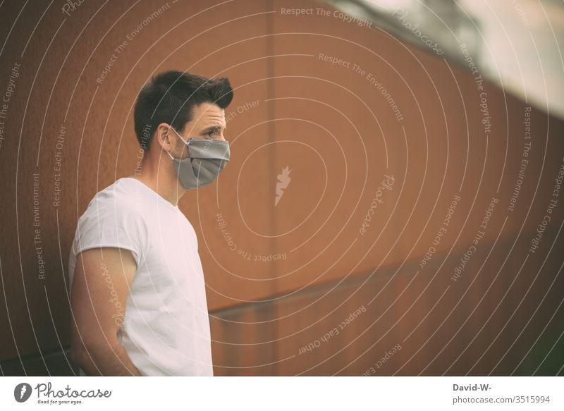 Mann mit Atemschutzmaske coronavirus Virus selbstgemacht Mundschutz Krankheit Coronavirus Gesundheit Pandemie Schutz Ansteckend Seuche Quarantäne COVID