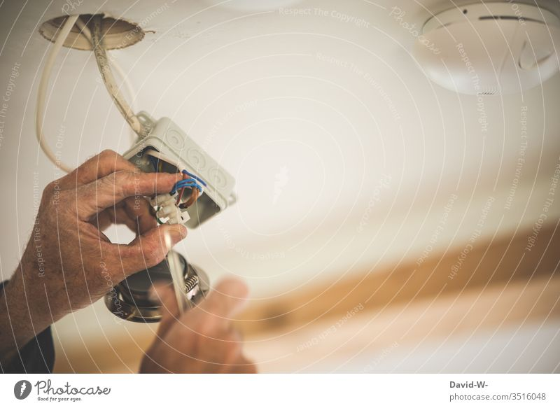 Mann - elektrische Leitungen und Kabel verbinden Elektrizität Elektriker Energiewirtschaft Technik & Technologie Draht aufmerksam konzentriert achtsam