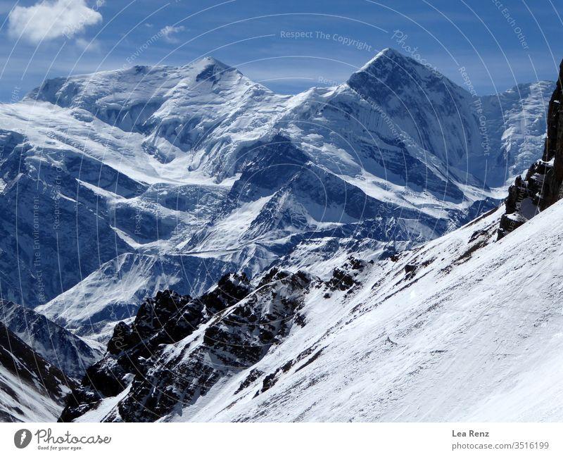 Trekking auf der Annapurna-Rennstrecke im Winter, Genießen der herrlichen Aussicht auf die Berge und den erstaunlichen Sonnenschein im Himalaya. Schnee
