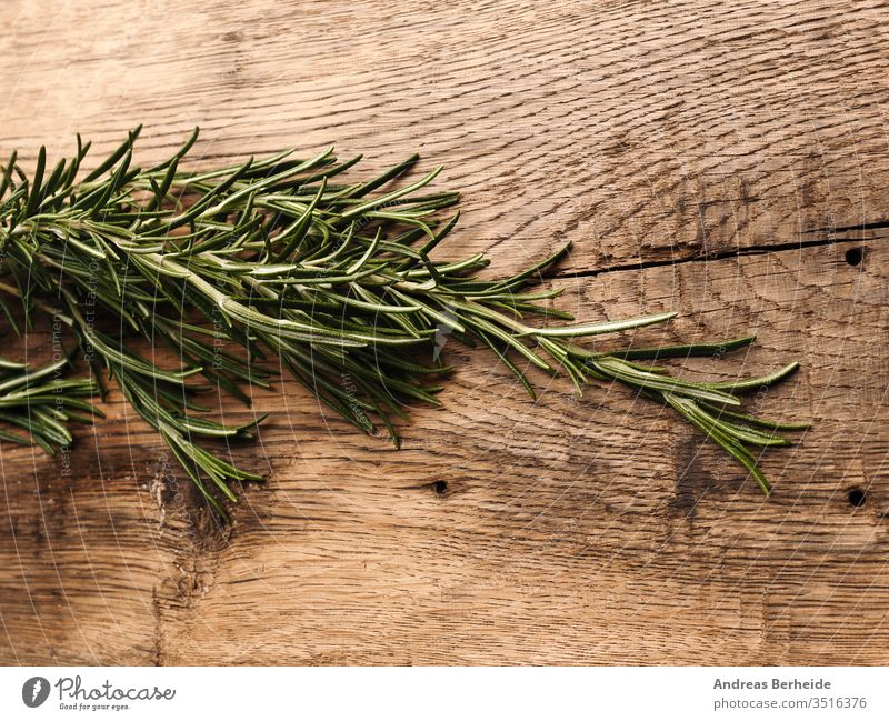 Bio-Rosmarin auf rustikalem Holz oben Aroma Aromatherapie aromatisch Hintergrund Holzplatte Ast Haufen Nahaufnahme Essen zubereiten Küche kulinarisch Dill