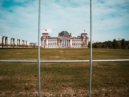 Eingesperrter Reichstag Zentralperspektive Starke Tiefenschärfe Licht Tag Textfreiraum oben Textfreiraum rechts Menschenleer Außenaufnahme mehrfarbig Farbfoto