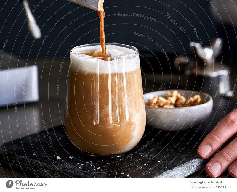 Salted Latte mit Walnussmilch Vegan Speisen & Getränke Innenaufnahme Kaffee Glas Eingießen Pflanzenmilch Milch Nussmilch Mandelmilch Drink Hafermilch