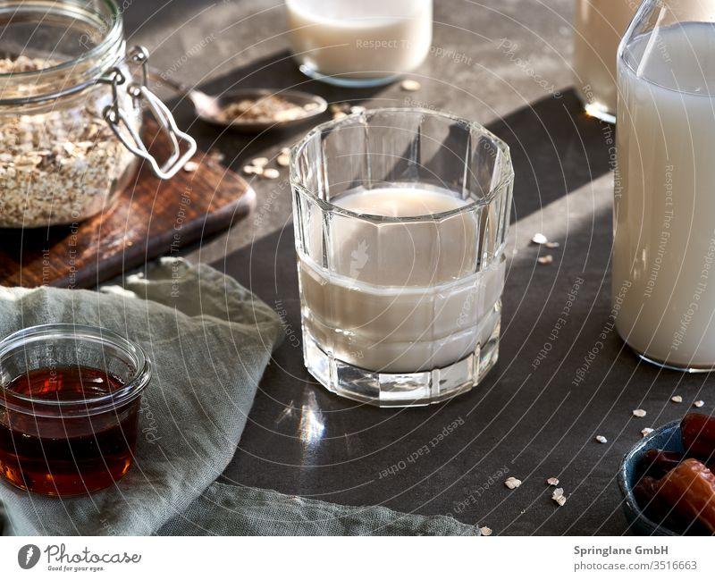 Hafermilch selber machen Vegan Walnussmilch Speisen & Getränke Innenaufnahme Kaffee Glas Eingießen Pflanzenmilch Milch Nussmilch Mandelmilch Drink Milchersatz