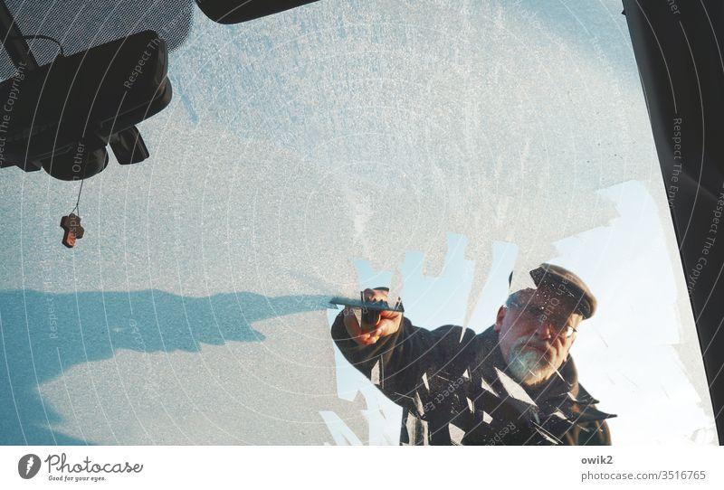 Kalt erwischt Auto Winter Frontscheibe PKW Glas Glasscheibe vereist Eis kalt frostig kratzen entfernen mühsam mühevoll unangenehm gefroren Natur Außenaufnahme