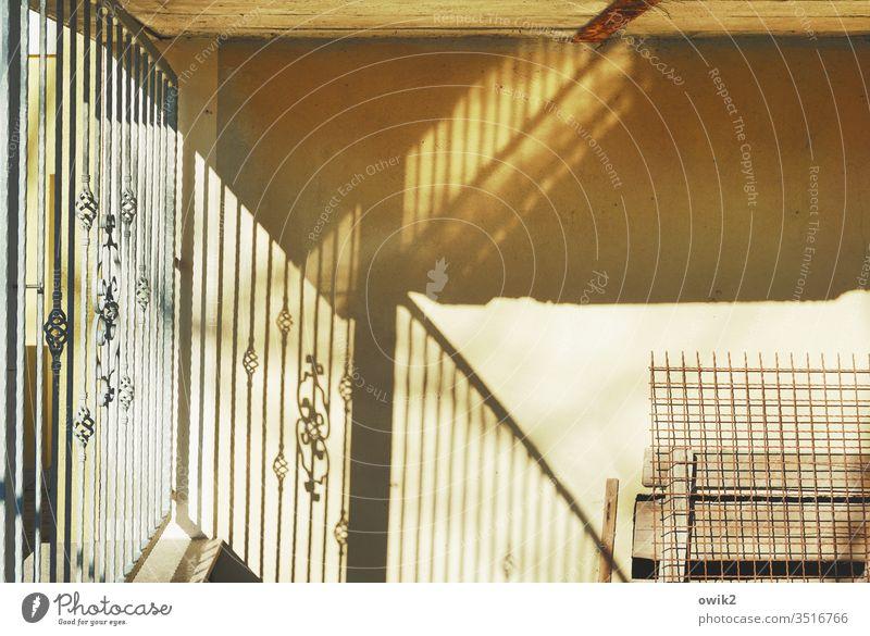 Kleinteilig Wand Zaun Metall Beton Ornament Licht Sonnenlicht Lichterscheinung Kontrast geheimnisvoll Ecke Mauer Menschenleer Farbfoto Schatten Außenaufnahme