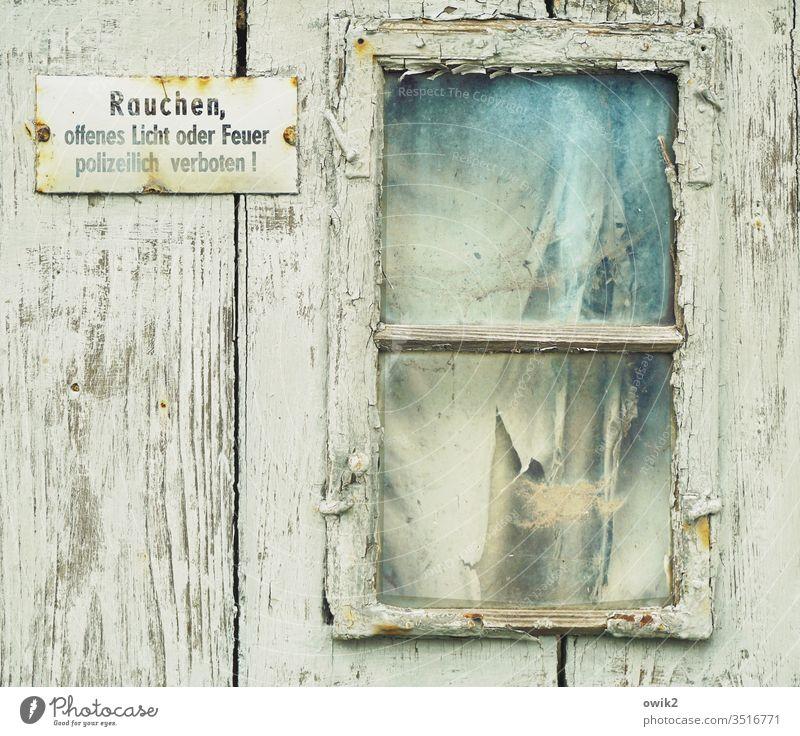 Räucherkammer Fenster Wand Hütte alt angenutzt Schild Verbot Rauchen verboten Bretterwand Farbe Zahn der Zeit Außenaufnahme Menschenleer verfallen Verfall